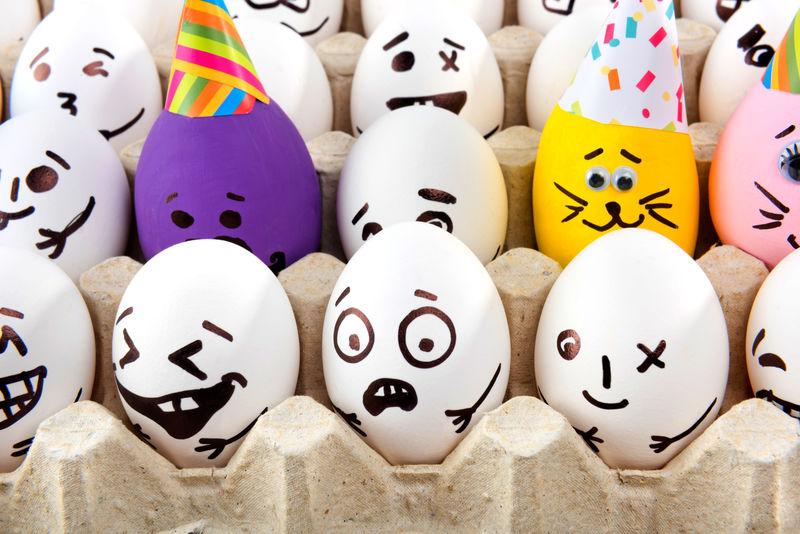 托盘里有画着卡通脸的鸡蛋。