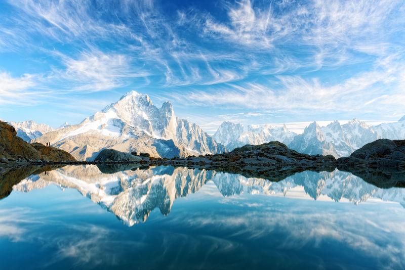 法国阿尔卑斯山拉克布兰克湖晴朗的一天
