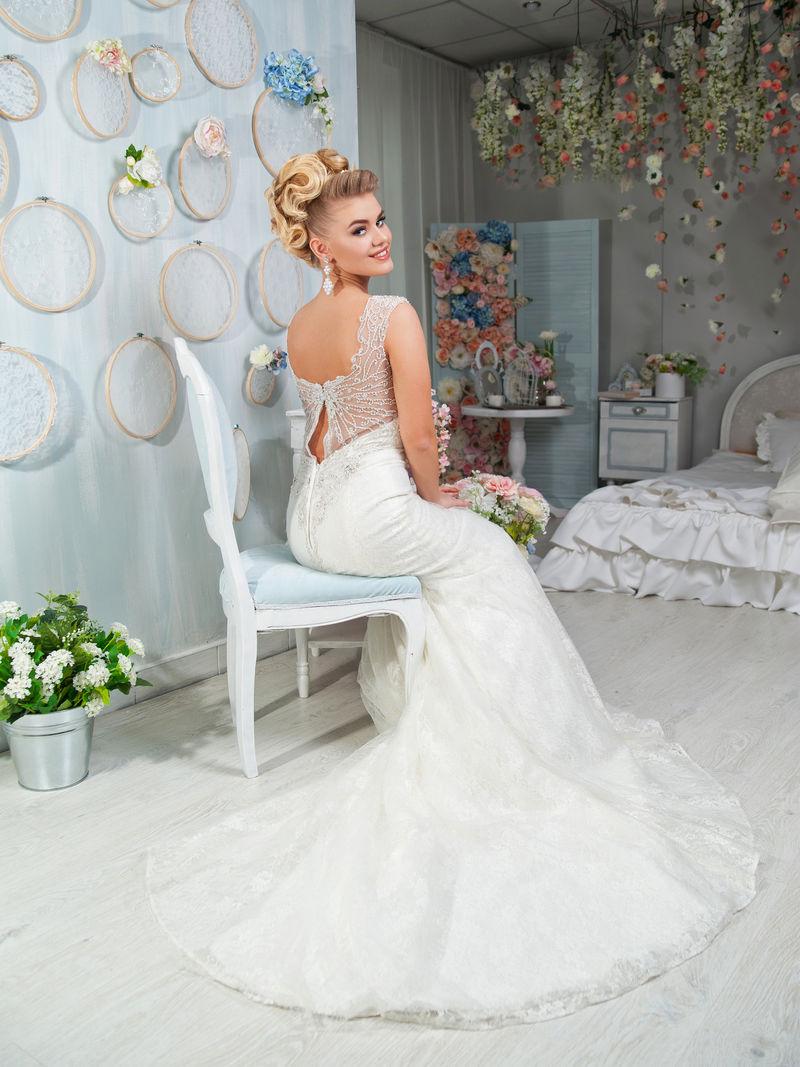 室内金发新娘画像