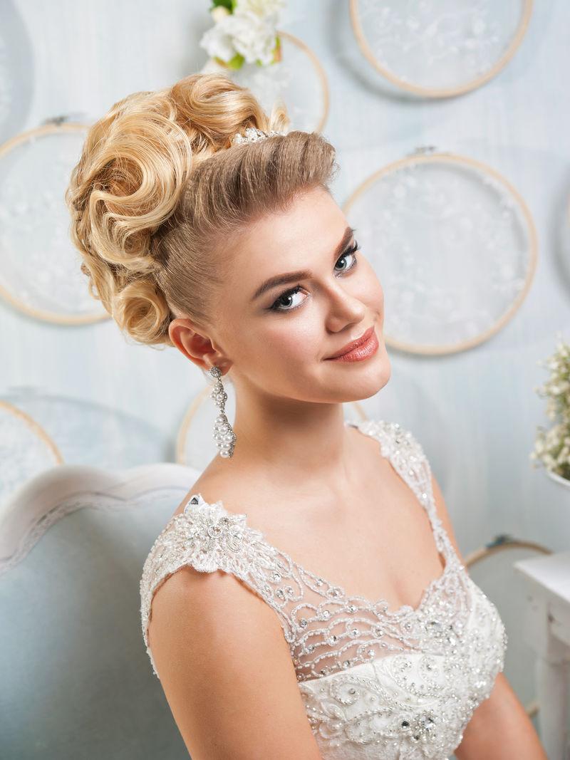 漂亮的金发新娘,珠宝,发型化妆