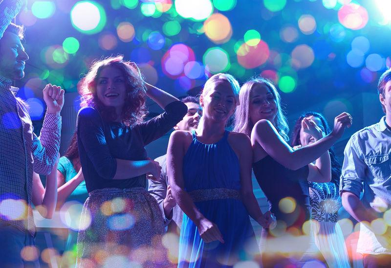 在夜总会跳舞的快乐朋友组