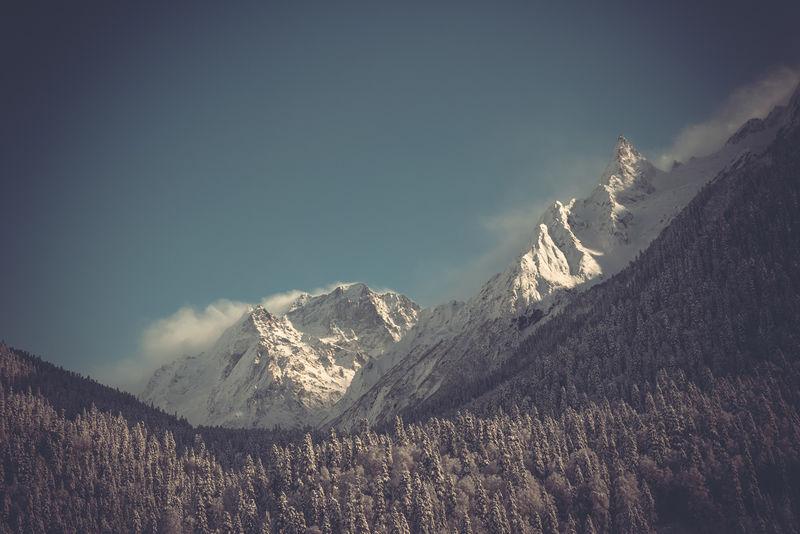 冬季山脉全景图