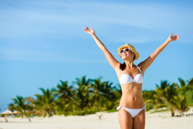 享受热带假期自由幸福的幸福女人