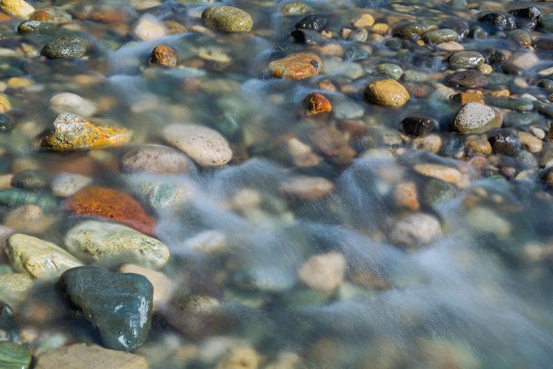河中鹅卵石近景,