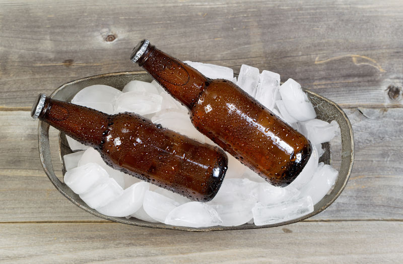 冰上瓶装啤酒俯视图