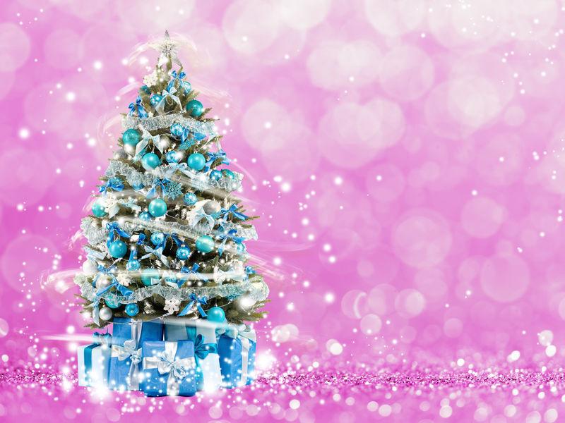 圣诞树从圣诞灯。粉红色背景
