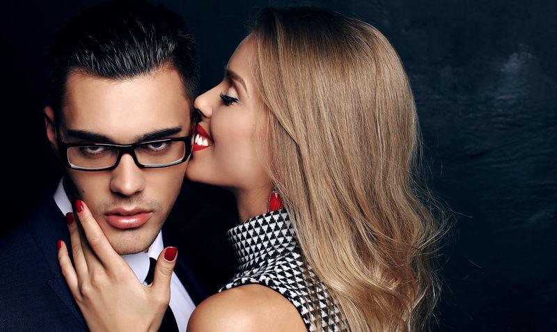 美丽性感的充满激情的情侣。办公室的爱情故事