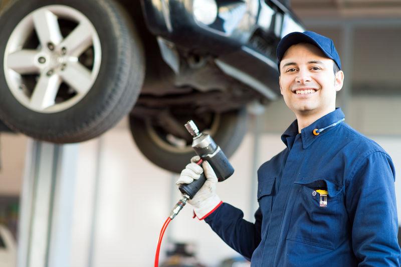 汽车修理厂机械换车轮