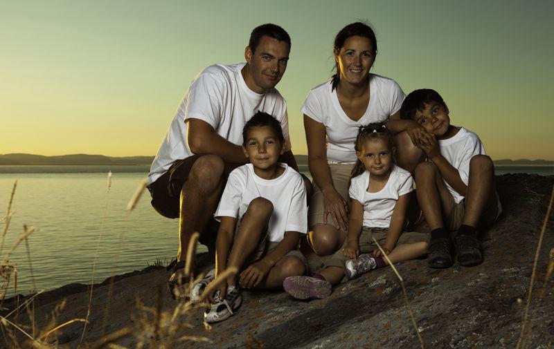 在海边玩得开心的美丽家庭