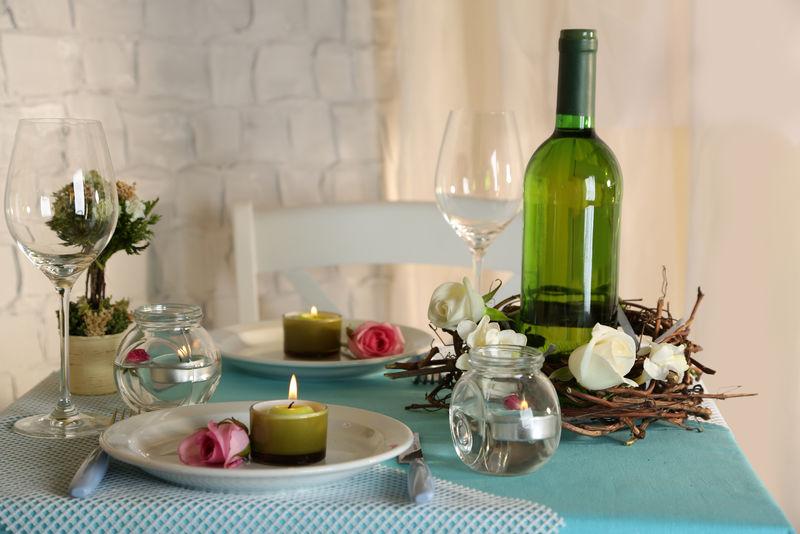 美丽的复活节假日餐桌,蓝色调,