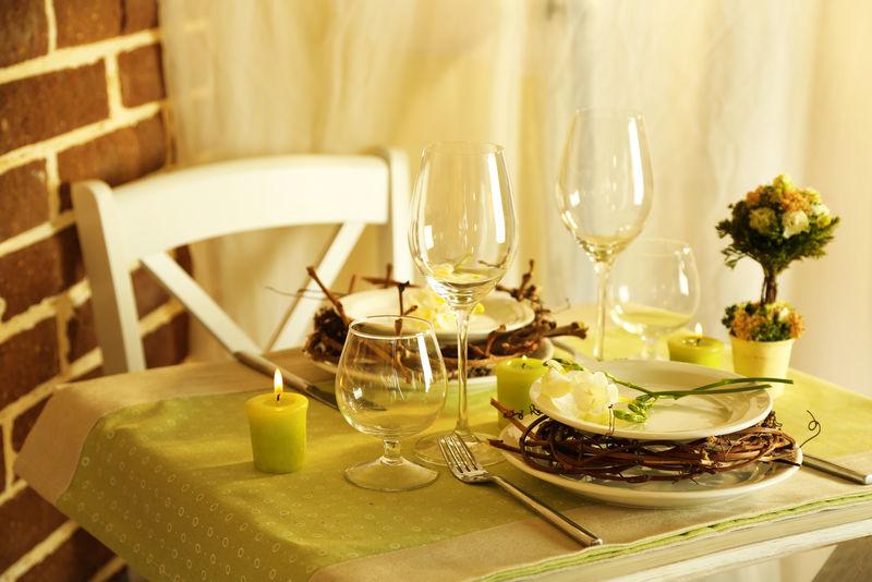 漂亮的绿色复活节餐桌,