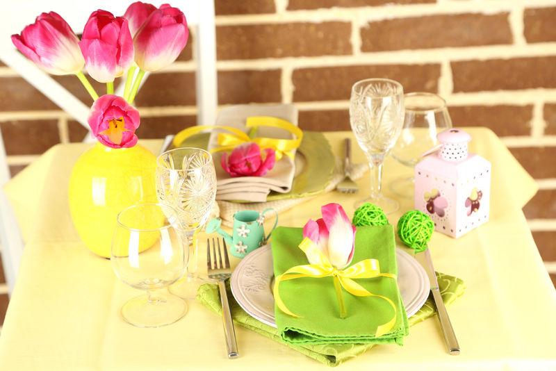 明亮背景下美丽的春桌