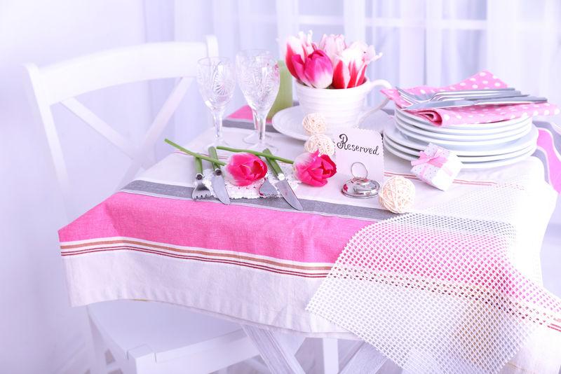 灯光背景下美丽的春桌