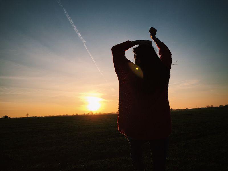 女人看着太阳