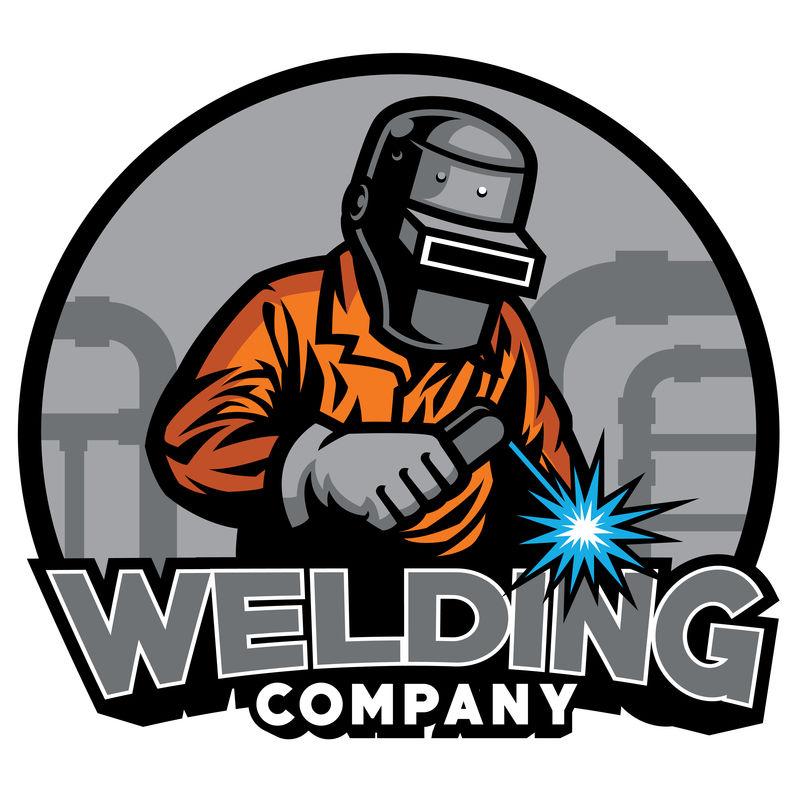 使用焊接头盔的焊工