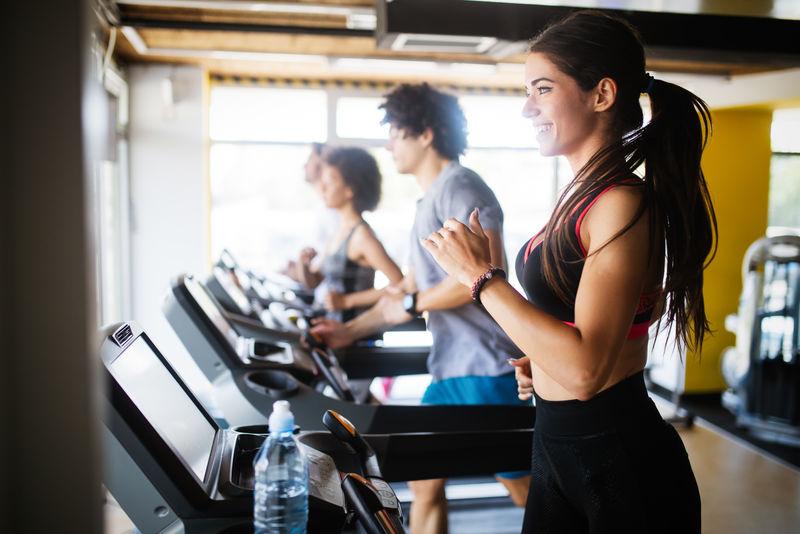 一群运动健将在健身房训练