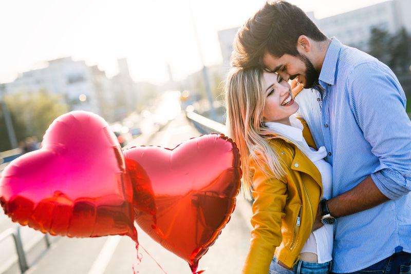 暑假,庆祝和约会的概念-幸福的一对
