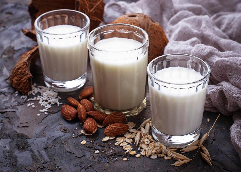 燕麦,椰子和杏仁奶。非乳制品纯素饮料