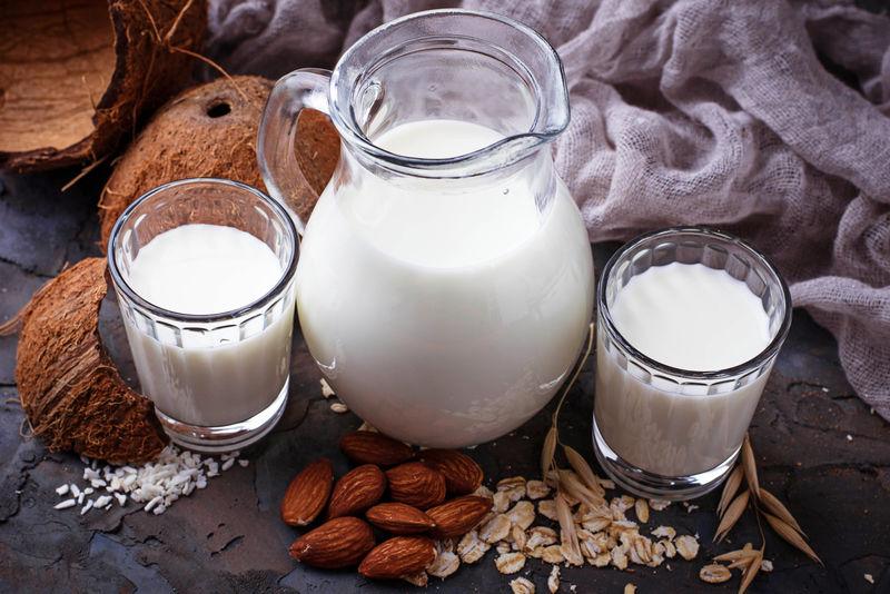 不同类型的纯素无乳糖牛奶