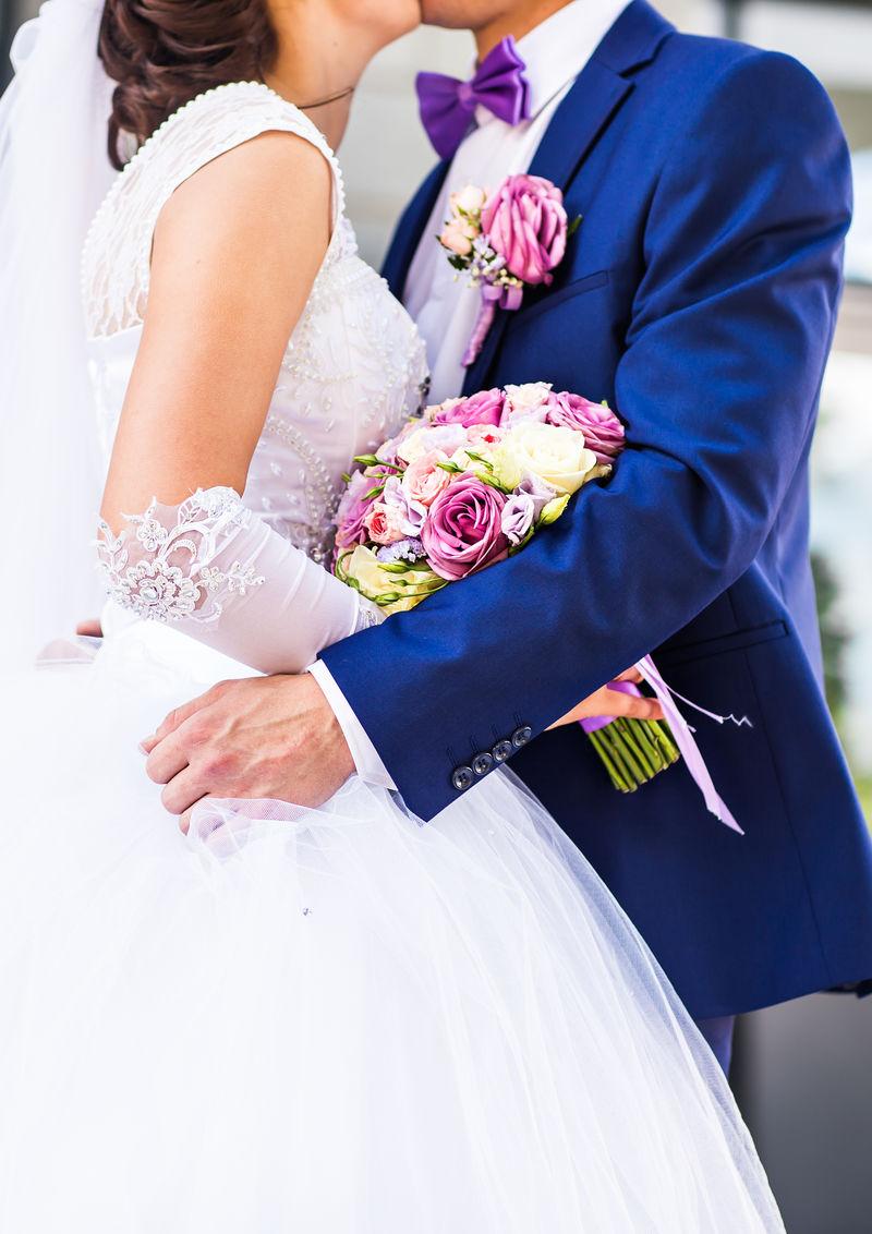 新娘和新郎在户外婚礼当天