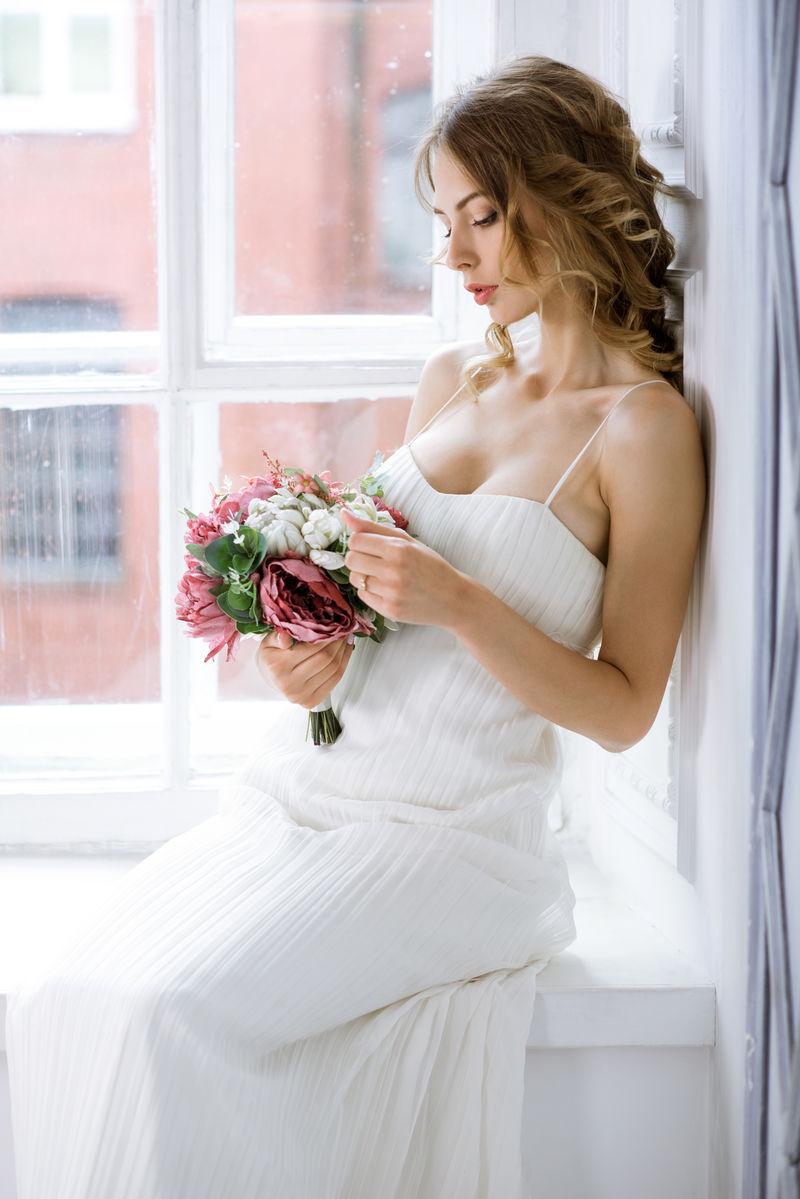 黑发新娘穿着白色的化妆婚纱