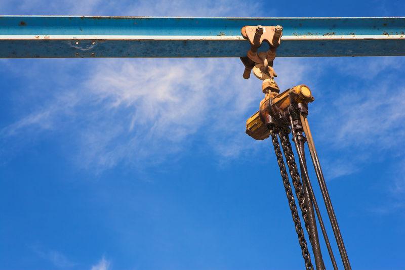 工业提升绞车和链条。钢,梁。
