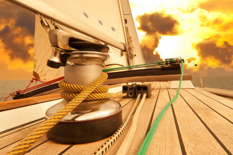 海上帆船上的绳索绞盘。