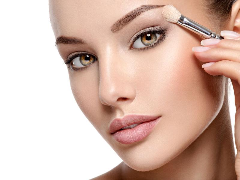 使用化妆品的美女肖像