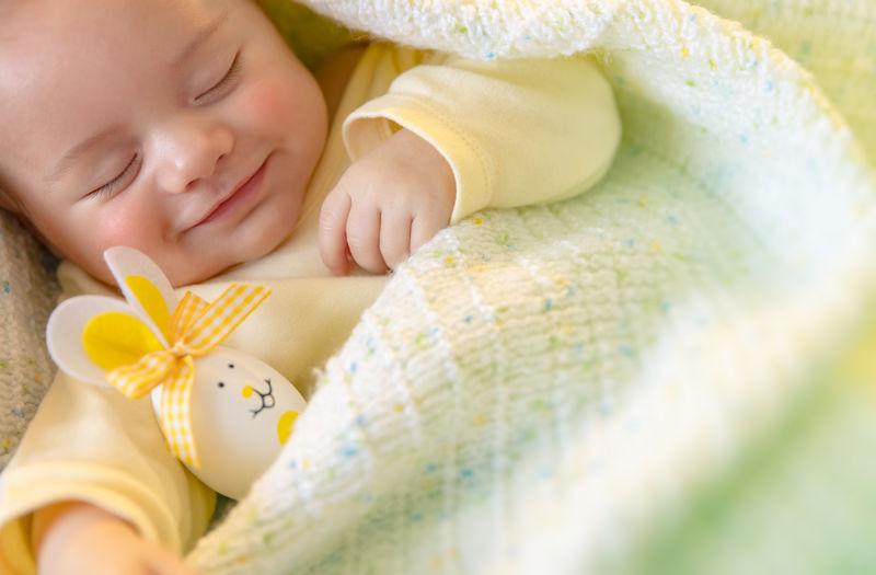 带着复活节装饰睡觉的可爱宝宝