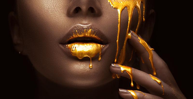时尚金色妆容饰品的美女模特