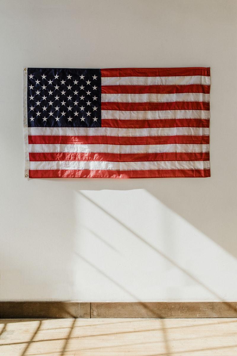 白色墙上挂着美国国旗