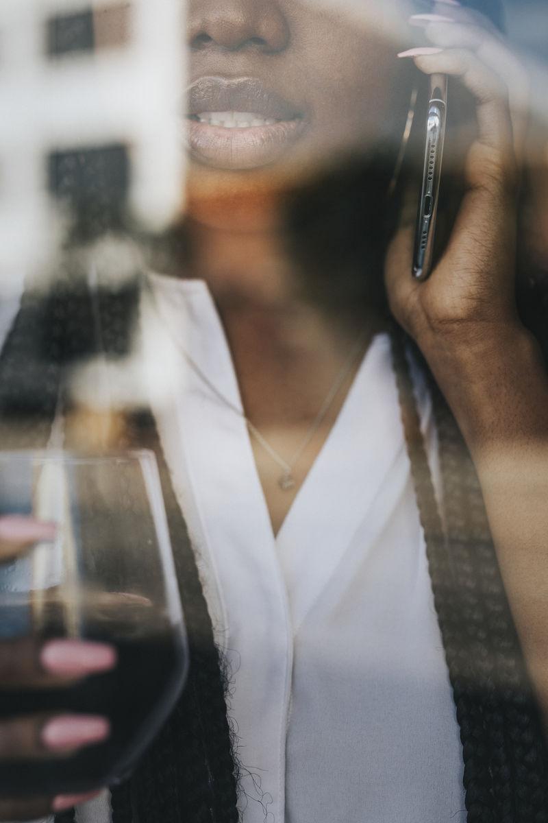 一个黑人女人在电话里看着窗外