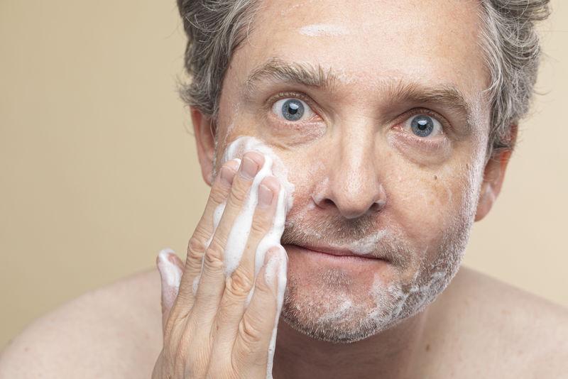 老人用泡沫洗面奶洗脸
