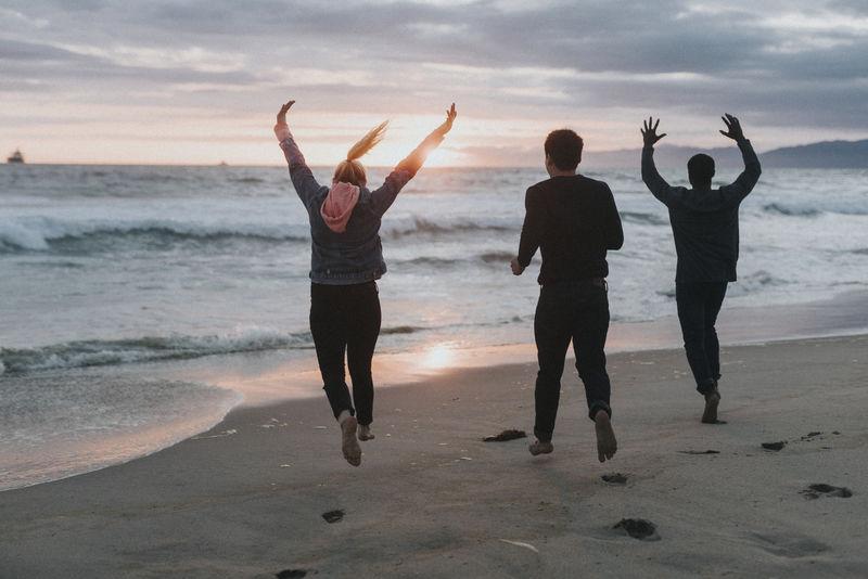 在海滩上奔跑的朋友们