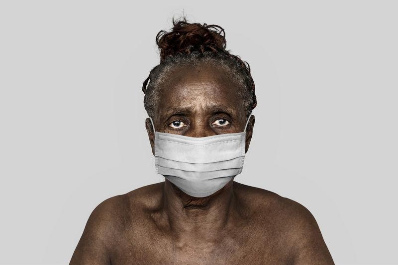 在冠状病毒大流行模型中戴口罩的黑人妇女