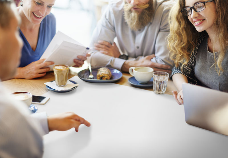 商务人士在中间举行会议和文案空间