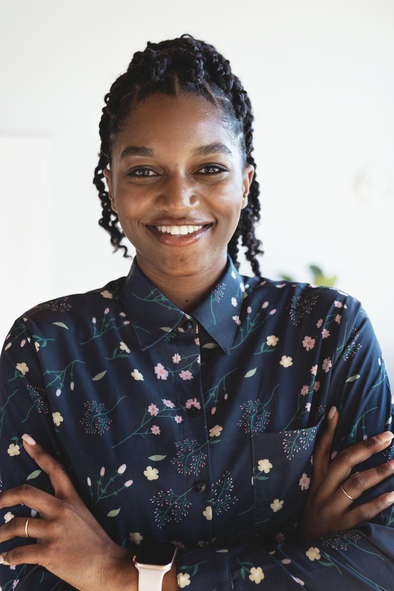 一位快乐的黑人女士的画像