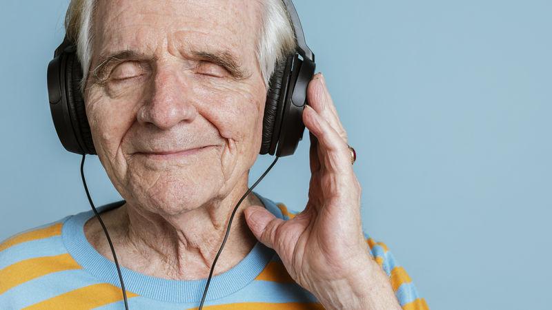 戴着耳机听音乐的快乐老人