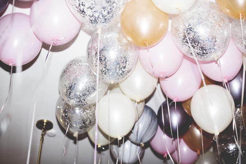 派对上的彩色气球