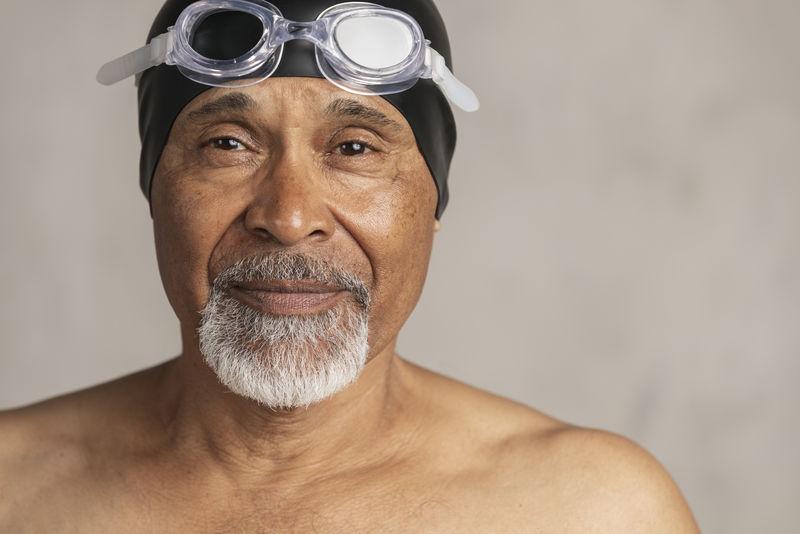 戴泳帽和护目镜的高级非裔美国人游泳运动员