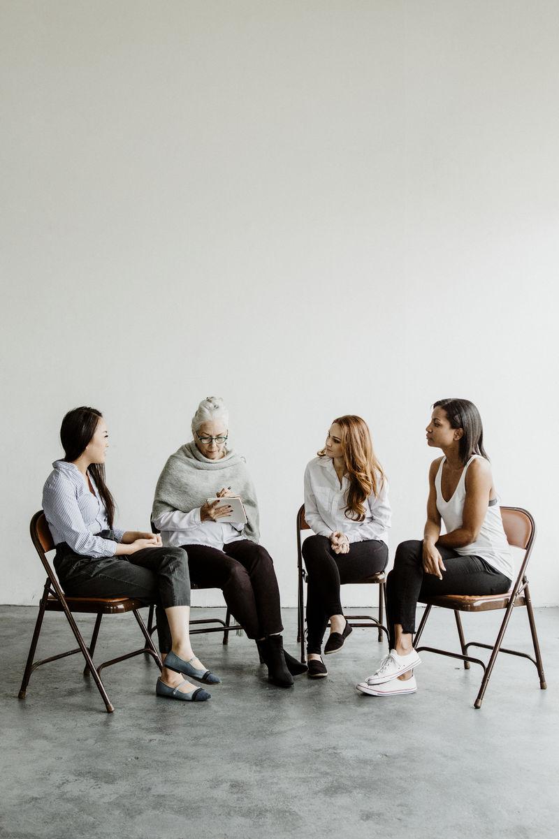 支持小组会议中的不同女性