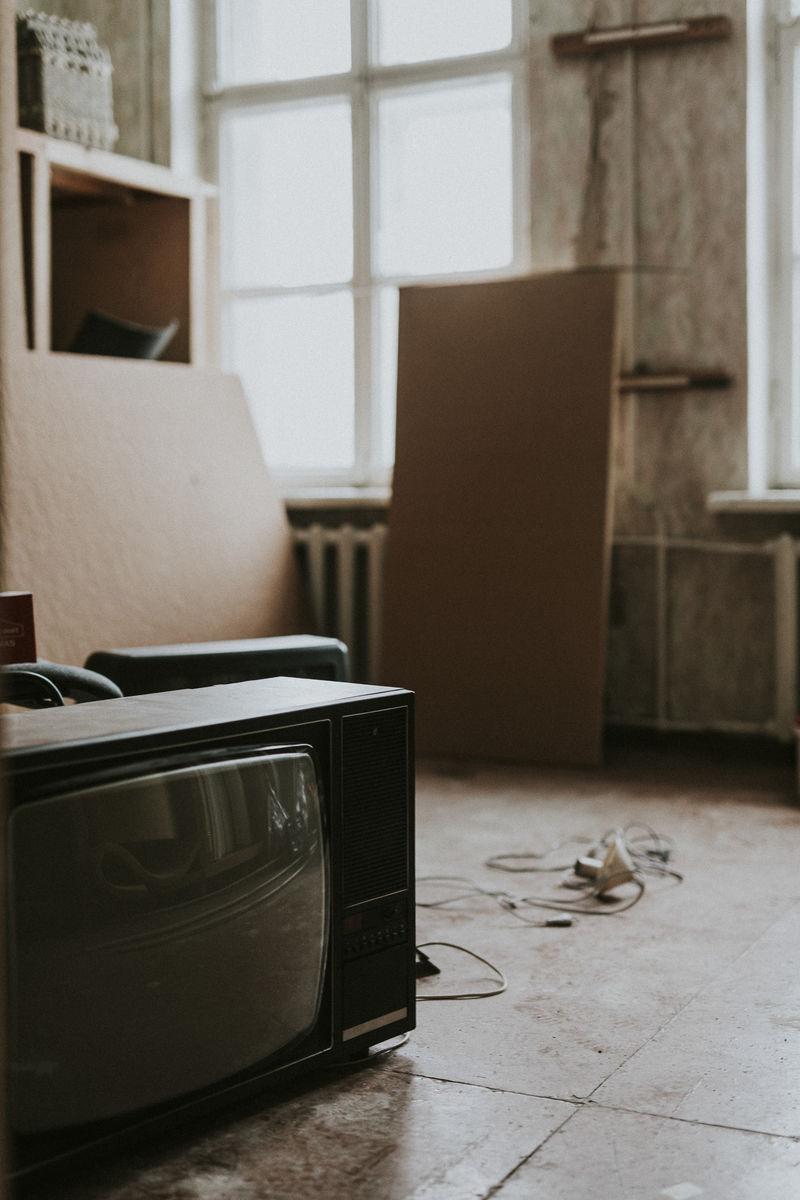 旧房子地板上的电视