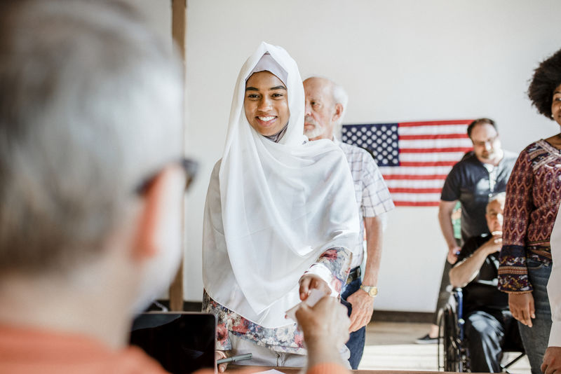 美国穆斯林在投票站排队