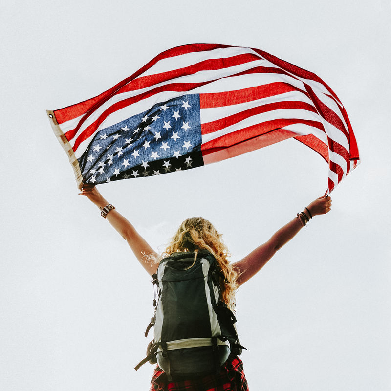 高加索妇女举着美国国旗