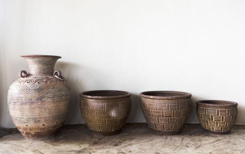 靠墙手工制作的古董陶器