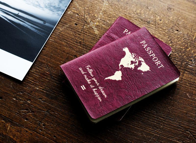 木桌上的护照