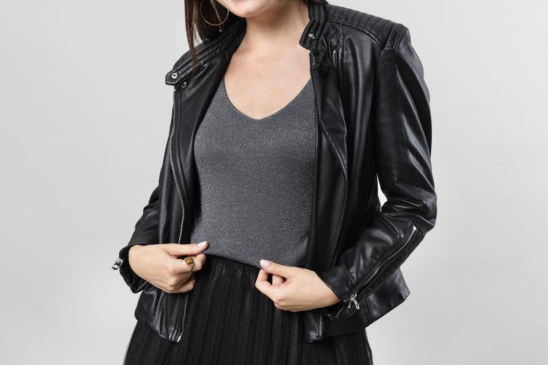 穿黑色皮夹克的女人
