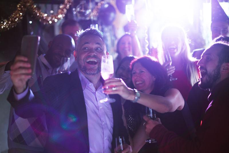 朋友们庆祝新年前夜