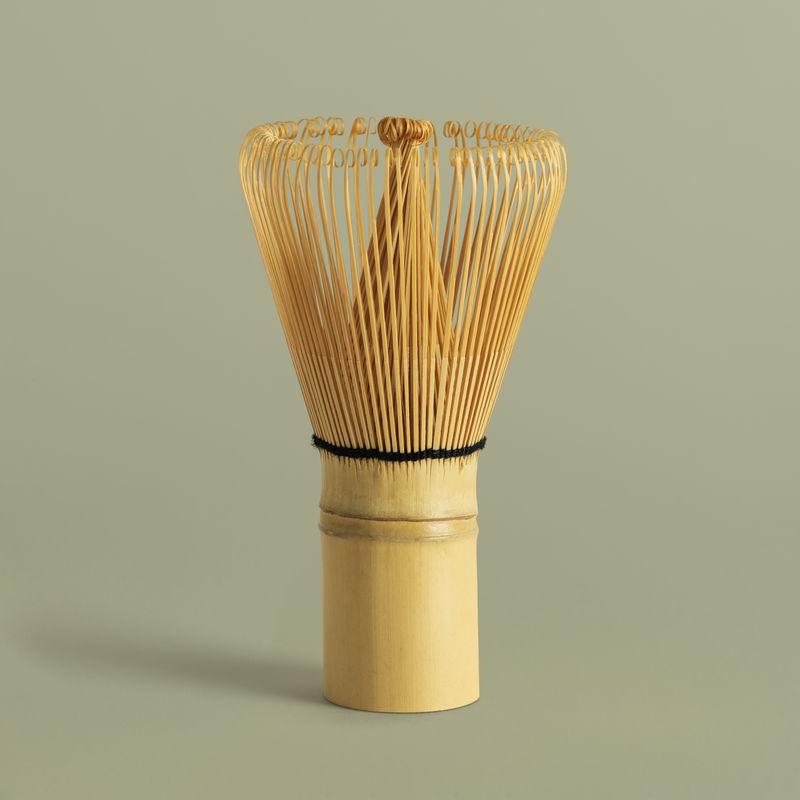 日本竹毛笔模型在鼠尾草绿色的背景上