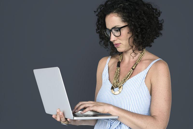 白人女性休闲笔记本电脑工作